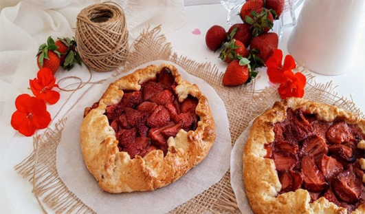 Galette with strawberries and puff pastry